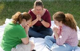schulen-vergleich, konfessionelle schulen, betende mädchen